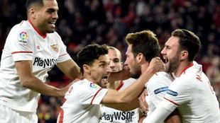 Los jugadores del Sevilla celebran el gol de Vázquez ante el Leganés...