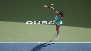 Carla Suárez durante su partido ante Karolina Pliskova en Dubái.