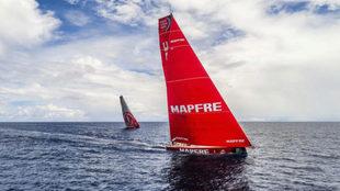 El MAPFRE y el Dongfeng, casi en modo Match Race en pleno océano