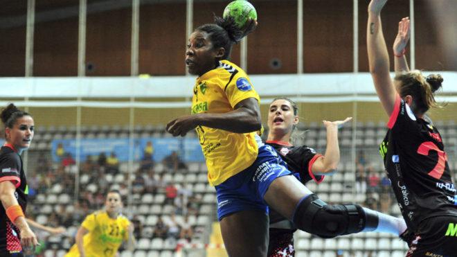 Lisandra Lussón durante un partido contra el Atlético Guardés