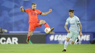 Emilio Rigoni disputa un balón con Kévin Rodrigues, de la Real...