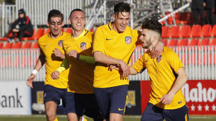 Los jugadores del Atlético celebran el gol de Salido.