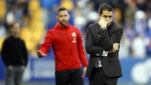 Julio Velázquez, en la banda delante del cuarto árbitro durante el...