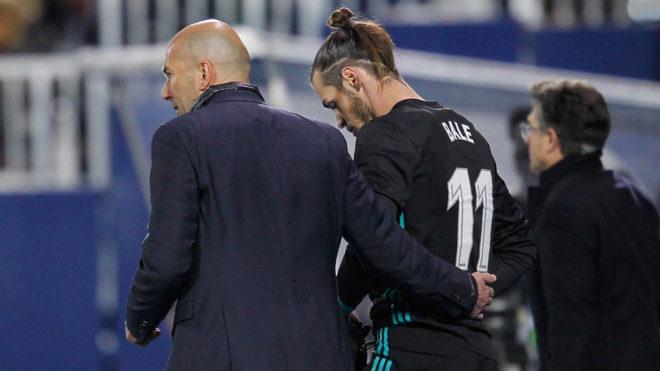Gareth Bale, con Zidane, antes de entrar al campo en Leganés.