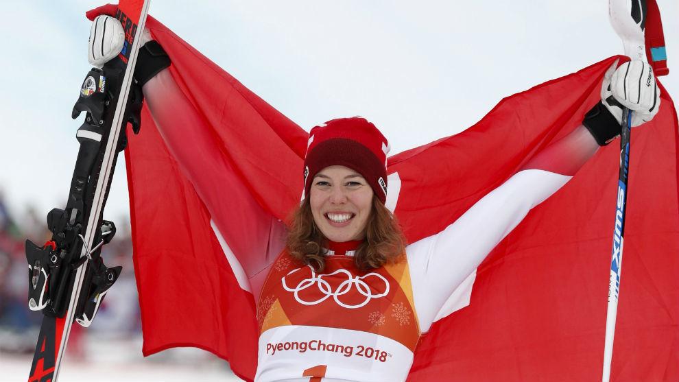 Michelle Gisin, con la bandera suiza tras ganar la Combinada.