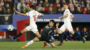 Jesús Navas corta una internada del chileno Alexis.