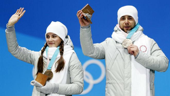 Aleksandr Krushelnitckii y Anastasia Bryzgalova, en el podio.