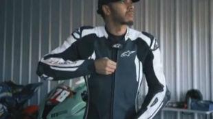 Hamilton, a punto de subirse en la moto.