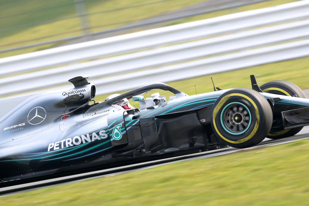 Lewis prueba el nuevo coche.