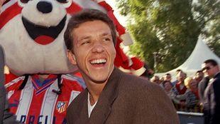 Juninho junto a Indi, la mascota del Atlético de Madrid