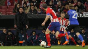 Simeone da instrucción desde la grada durante el partido.