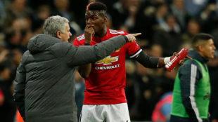Mourinho y Pogba hablan en un partido del Manchester United.
