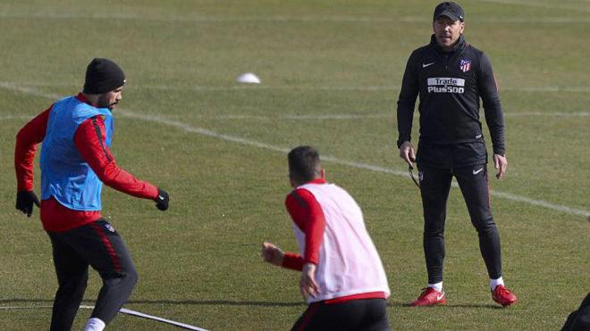 Simeone observa un entrenamiento del Atlético.