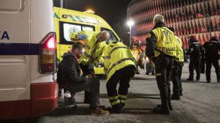 Los servicios médicos atienden a un herido en las inmediaciones de...