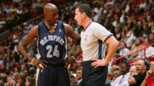 Tim Donaghy charla con el exjugador de los Grizzlies, Bobby Jackson