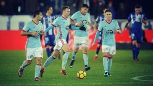 Los jugadores del Celta, entre ellos Aspas y Maxi Gómez, durante el...