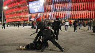 Dos ertzaintzas reducen a un ultra en Bilbao