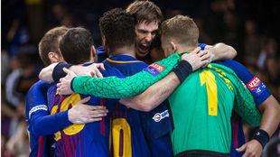 Los jugadores del Barcelona celebran una victoria en la...