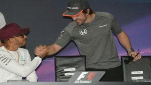 Lewis Hamilton y Fernando Alonso se saludan.