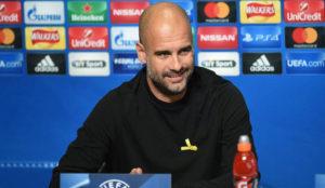 Guardiola, en rueda de prensa con el lazo amarillo.