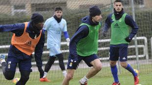 Olmes García, a la izquierda, durante un entrenamiento con el Oviedo.