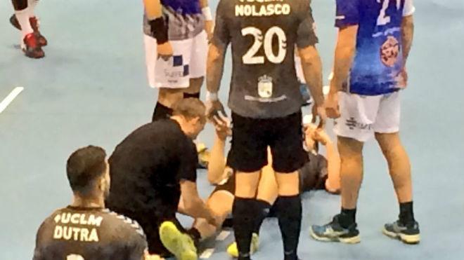 Xavi Castro en el suelo tras sufrir la lesión