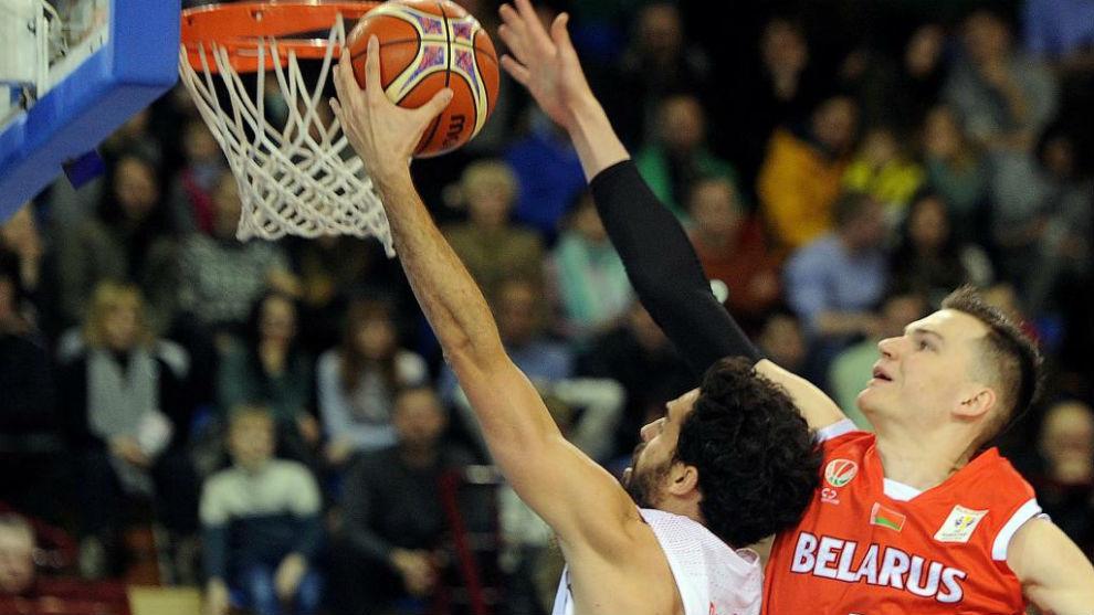 Javi Beirán entra a canasta ante la defensa de un jugador bielorruso.