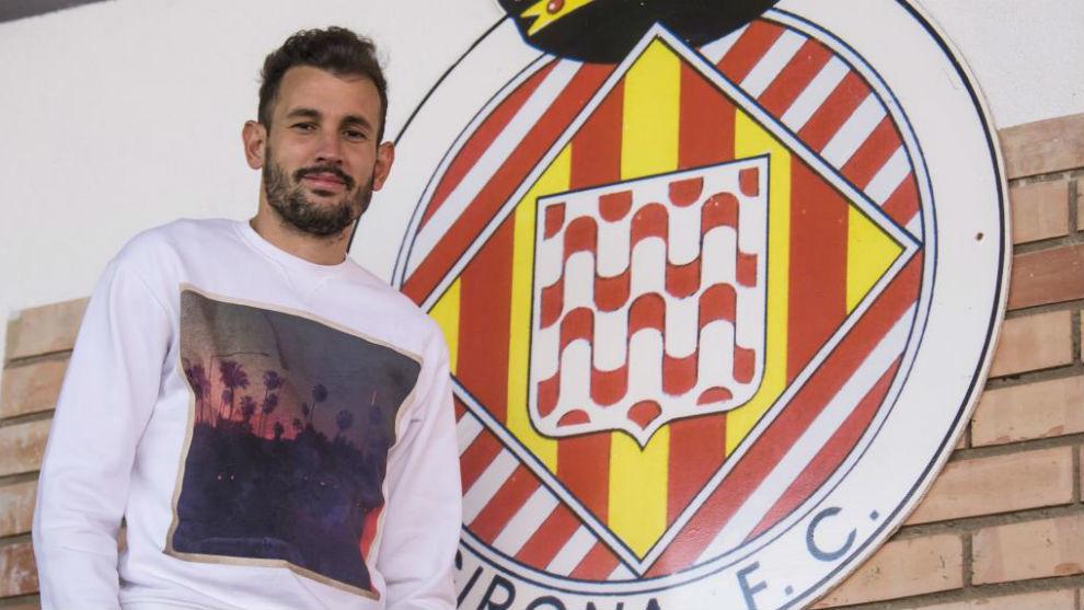 Stuani posa junto al escudo del Girona