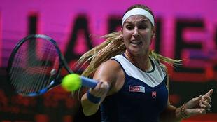 Dominika Cibulkova devuelve una bola en su partido ganado a Johanna...