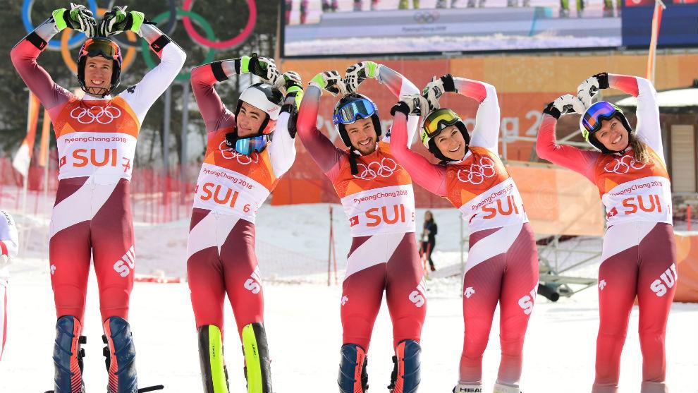 El equipo suizo, tras ganar el oro por equipos.