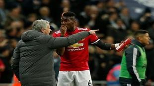 Mourinho dando instrucciones a Pogba durante el partido ante el...
