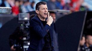 Juan Carlos Unzué da instrucciones a sus jugadores desde la banda de...