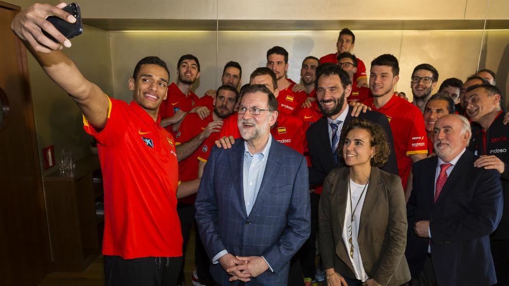 Los jugadores de la selección se hacen un selfie con el presidente...