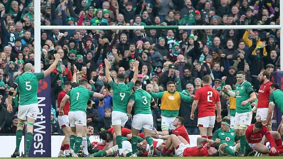 Los jugadores irlandeses celebran el ensayo de Dan Leavy ante Gales...