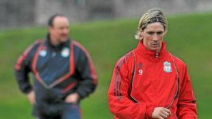 Fernando Torres y Rafa Benítez durante un entrenamiento del Liverpool