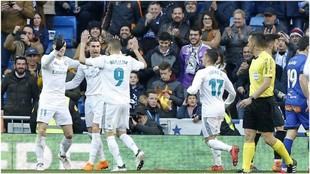 Bale, Benzema, Cristiano y Lucas celebran uno de los goles al Alavés.