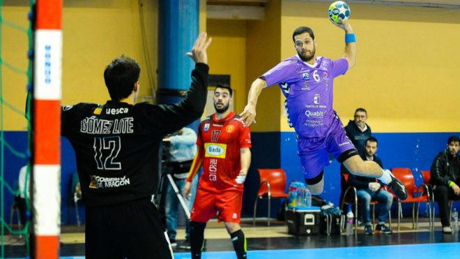 Lucas Benedito lanza sobre la portería del Huesca.