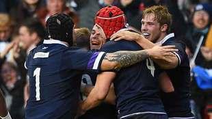 Los jugadores escoceses celebran el ensayo de  Sean Maitland ante los...