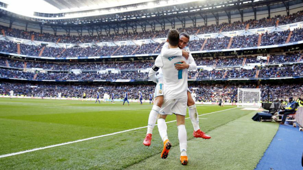 Lucas Vazquez celebra con Cristiano el tercer gol del Madrid
