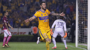 Gignac celebra su gol a Morelia