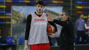 Sergio Scariolo charla con Edgar Vicedo, uno de los últimos en...
