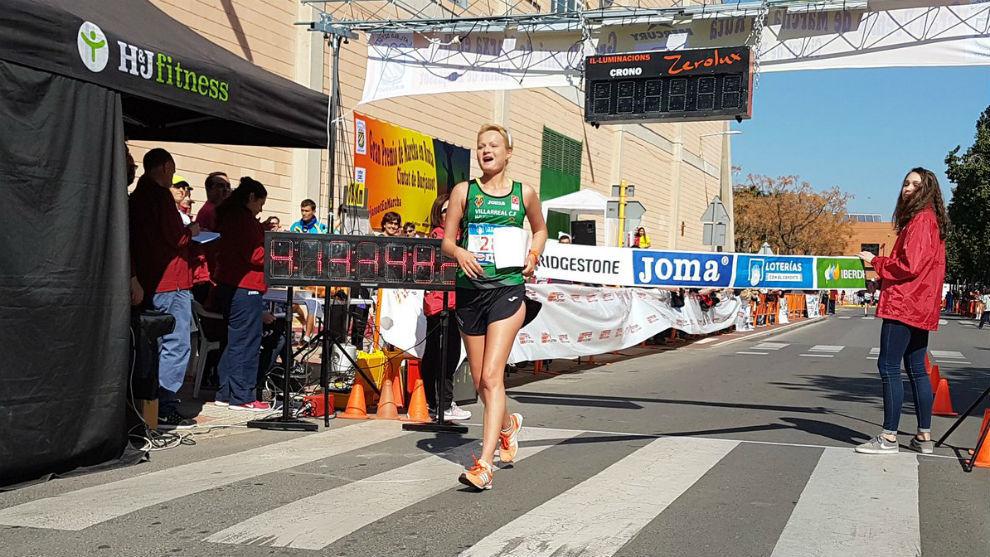 Julia Takacs en su paso por línea de meta.