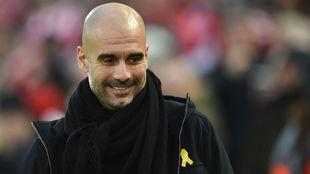 Guardiola, durante un partido con un lazo amarillo en el abrigo