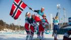 Marit Bjoergen es alzada en hombros por sus compañeras de equipo