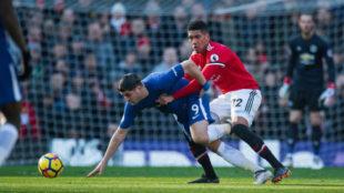 Álvaro Morata trata de rehacerse tras sufrir un agarrón de Chris...