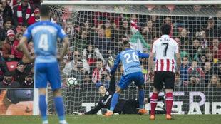 Kepa detiene el lanzamiento de penalti de En-Nesyri.