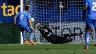 El primer penalti detenido por Sergio Asenjo.