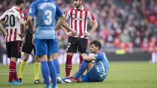 Adrián, en el suelo tras lesionarse.