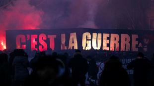 Los ultras del PSG reciben al equipo en el partido ante el Marsella