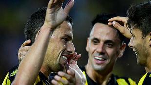 Maxi celebra su gol con sus compañeros.